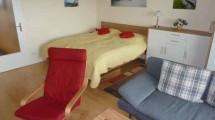 Doppelbett im Wohn- und Schlafraum