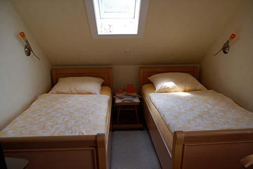 Zwei Einzelbetten im Schlafzimmer