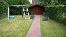 Garten und Schaukel des 4 Sterne Ferienhauses in Cuxhaven