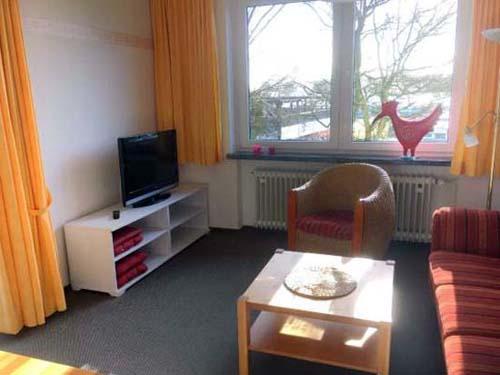 Wohnzimmer mit TV in der Ferienwohnung für 4 Personen im Haus Wattenlöper