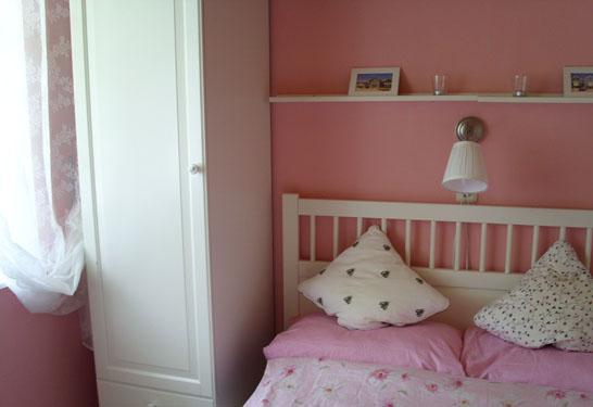 Doppelbett im Schlafzimmer des Ferienhauses